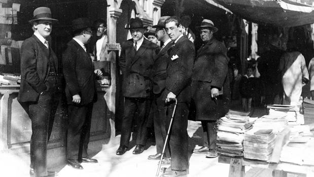Fotografía del periódico ABC hecha a Pío Baroja, en una visita a la Cuesta de Moyano, en el año 1926
