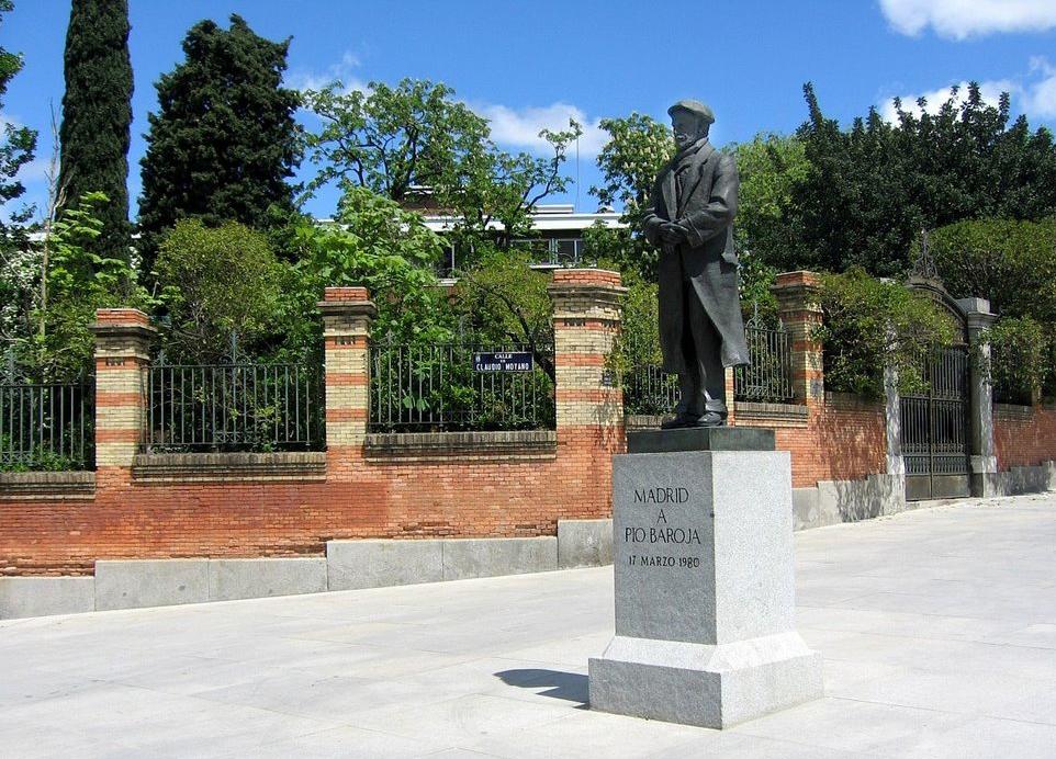 Escultura Pío Baroja situada en la Cuesta del Moyano, Madrid.