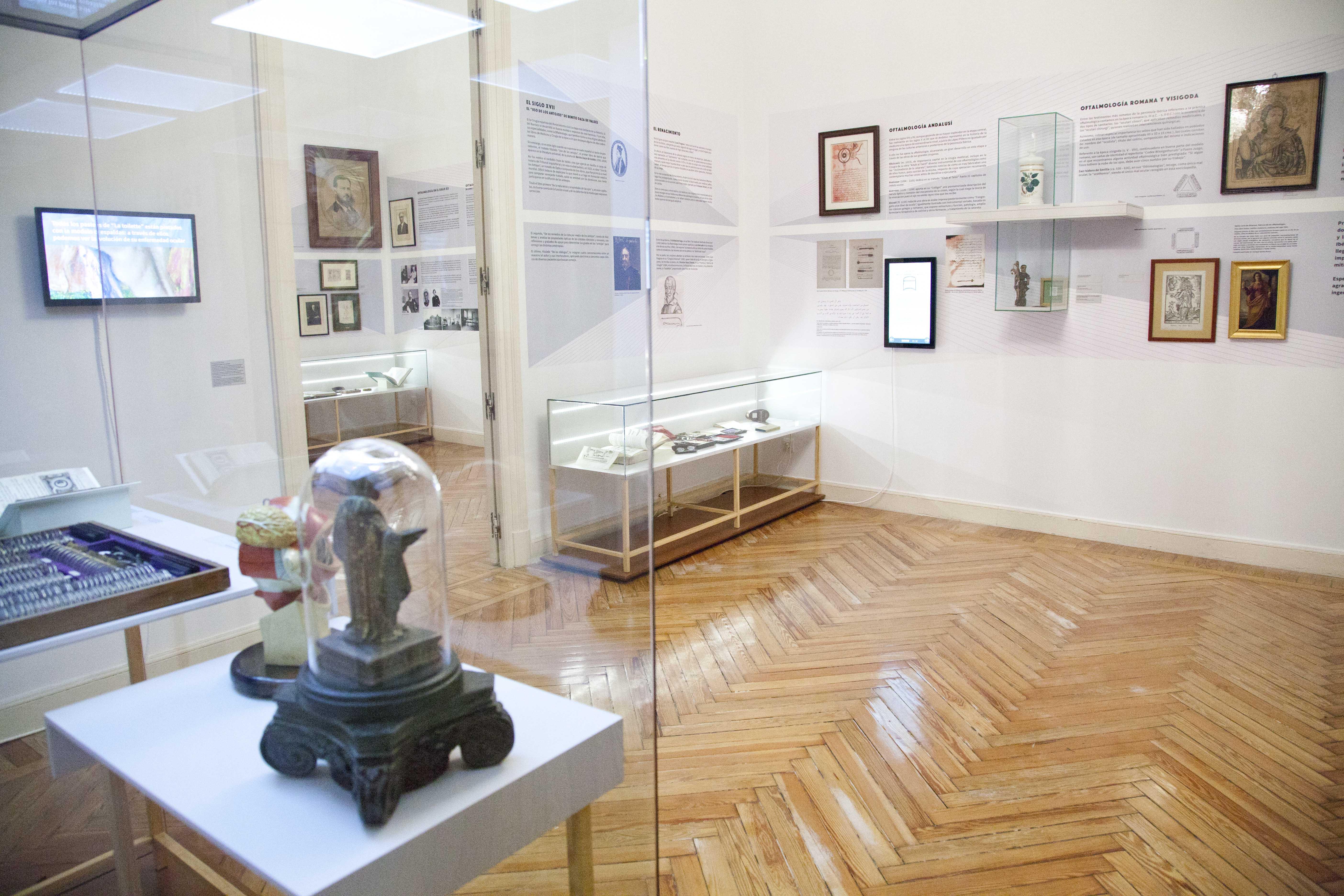Sala de exposición con el montaje de la exposición Siglos cuidando tus ojo.