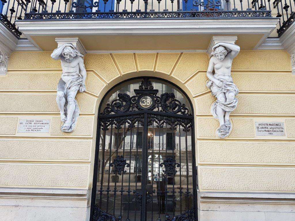 Portal de la calle Almagro de Madrid con dos atlantes