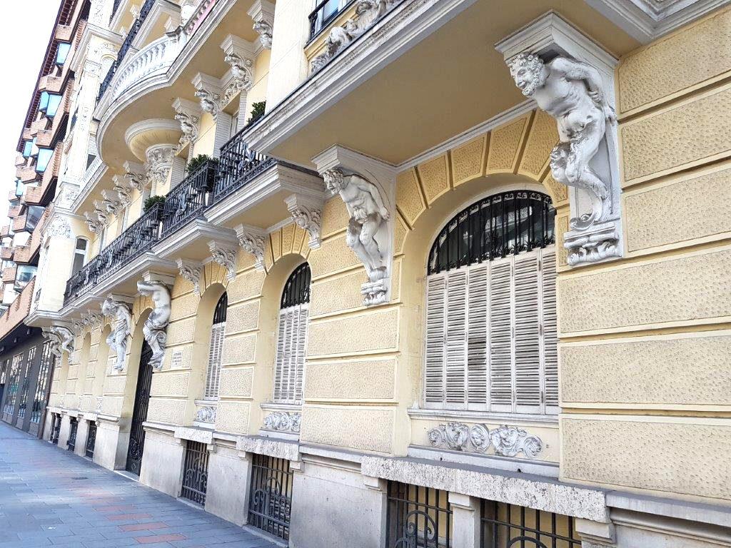Tres parejas de Atlantes en la calle Almagro de Madrid