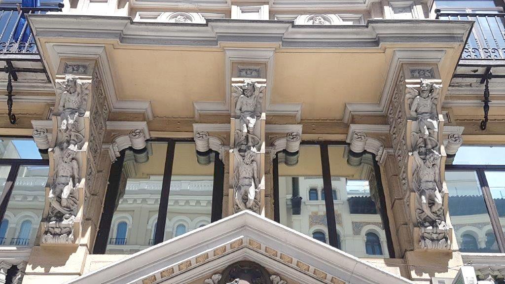 Fachada de un edificio de la Gran vía con Atlantes