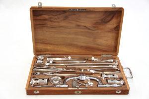 Caja con instrumental para craneotomía