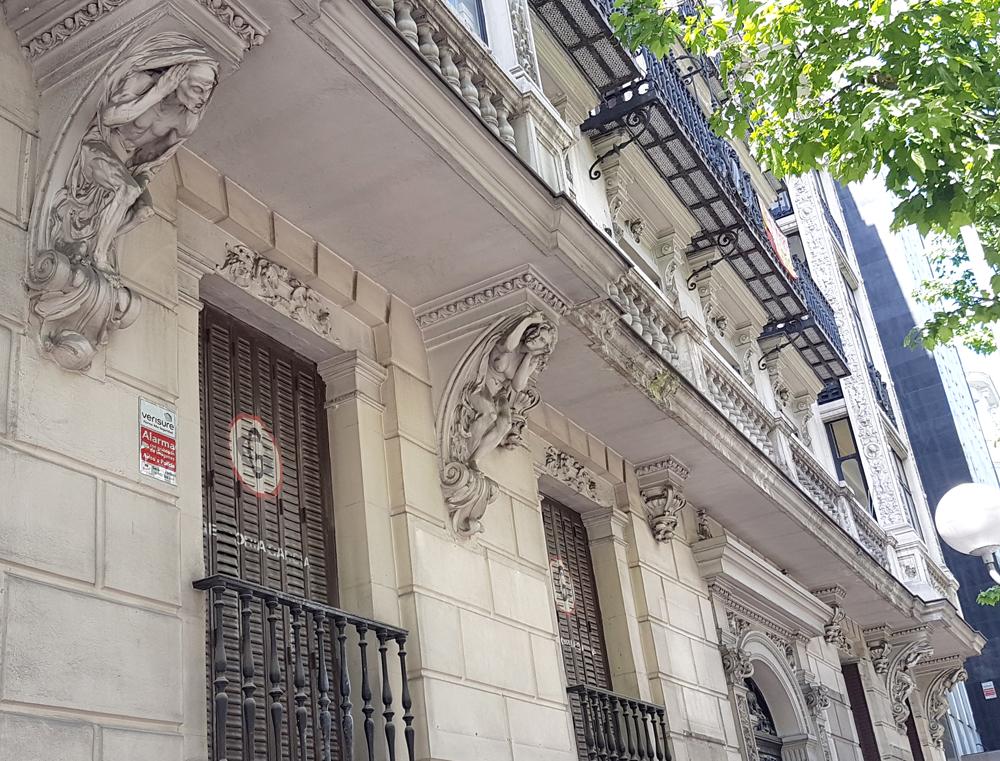 Atlantes de la calle Sagasta de Madrid, sujetando balcones.