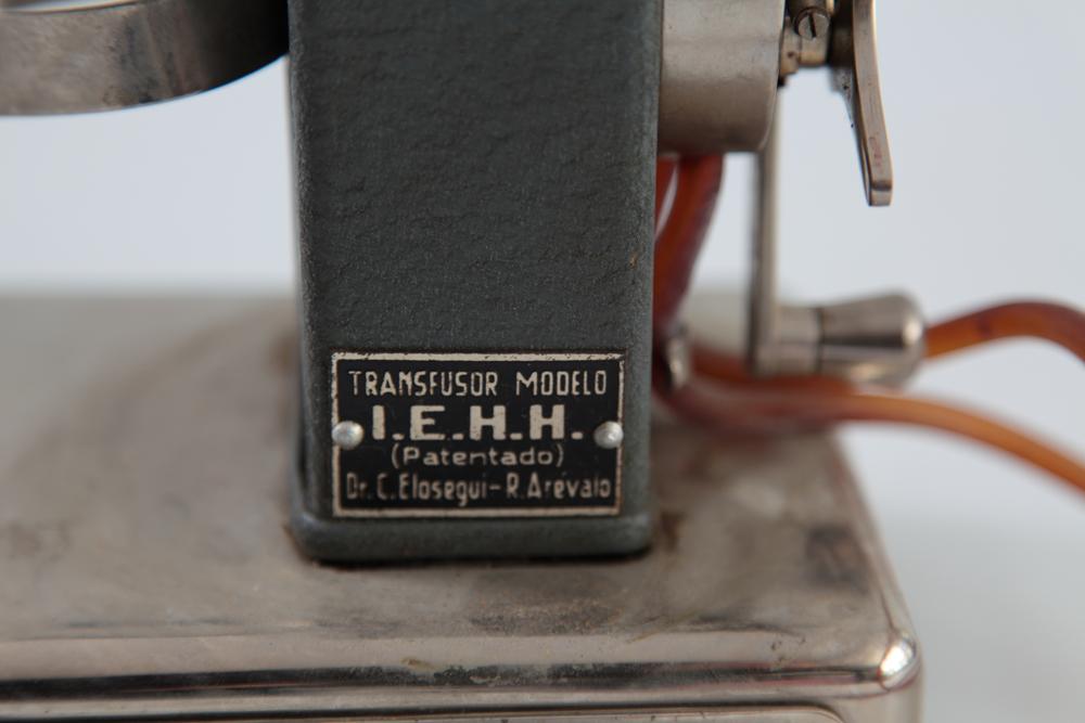 Detalle etiqueta transfusor del Dr. Elósegui